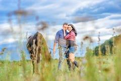 Vista através da grama: pares novos - é morena considerável Fotos de Stock