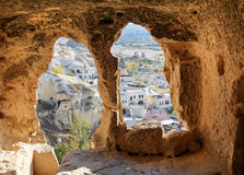 Vista através da janela cinzelada da caverna Igreja de St John o batista em Cavusin Cappadocia Turquia foto de stock