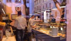 Vista através da janela da loja do bolo Imagem de Stock