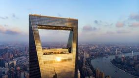 Vista através da janela do arranha-céus de Shanghai ao distrito residencial da baixa elevação em Pudong foto de stock
