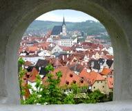 Vista através da parede a Cesky Krumlov Fotos de Stock