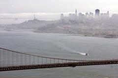 Vista através da ponte de porta dourada Imagens de Stock