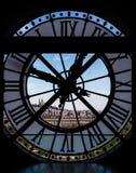 Vista através da torre de pulso de disparo orsay do museu do ` de d, Paris, França Imagem de Stock