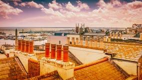 Vista através das partes superiores do telhado e das chaminés da cidade de Ramsgate, Kent, Reino Unido, para o porto real e o can imagens de stock