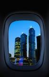 Vista através de um indicador do avião fotografia de stock royalty free