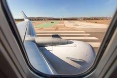 Vista através de uma janela do avião na terra Foto de Stock Royalty Free