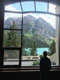 Vista através de uma janela grande para fora no LAK bonito de turquesa imagens de stock royalty free