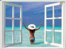 Vista através de uma janela a uma mulher atrativa no biquini fotografia de stock royalty free