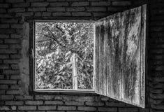 Vista através de uma janela velha fotografia de stock