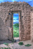 Vista através de uma porta velha da igreja Foto de Stock