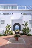 Vista através do archway ao jardim e ao mar ensolarados do gramado Imagens de Stock Royalty Free