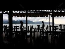 A vista através do café no mar Imagens de Stock Royalty Free