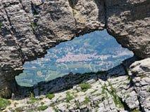 Vista através do furo da arruela em Becs de Les Trois fotografia de stock