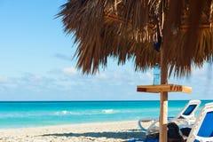 Vista através do guarda-chuva do bambu da praia Oceano Atlântico, Varadero, Cu imagens de stock