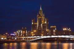 Vista através do rio de Moscovo no crepúsculo Fotos de Stock Royalty Free