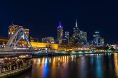 Vista através do rio de Yarra em Melbourne para a estação da rua do Flinders Fotografia de Stock Royalty Free