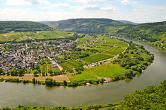 Vista através do rio Moselle à vila de Puenderich - região do vinho de Mosel em Alemanha foto de stock