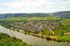 Vista através do rio Moselle à vila de Puenderich - região do vinho de Mosel em Alemanha Imagem de Stock Royalty Free