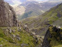 Vista através do vale através dos afloramento de rocha fotografia de stock royalty free