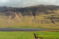 Vista através do Vatnsdal fértil em Islândia do norte fotografia de stock