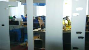 Vista através do vidro da grande sala moderna com trabalhadores de escritório video estoque