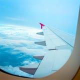 Vista através dos aviões da janela durante o voo Imagens de Stock Royalty Free