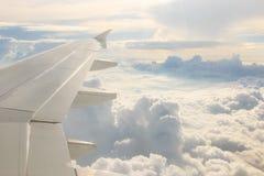 Vista através dos aviões da janela durante o voo Fotografia de Stock