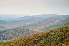 Vista através dos cumes da montanha imagem de stock