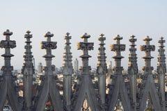 Vista através dos pináculos e dos pináculos dos di góticos Milão do domo da catedral, Itália imagens de stock