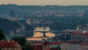 Vista attraente di mattina dei ponti di Praga e di vecchio timelapse della città, repubblica Ceca video d archivio