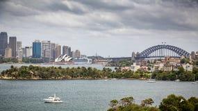 Vista attraverso all'orizzonte di Sydney Central Business District compreso Sydney Opera House ed il ponte del porto dallo zoo di immagine stock libera da diritti