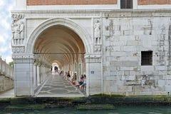 Vista attraverso gli ornamenti con le colonne di una costruzione a Venezia Fotografia Stock