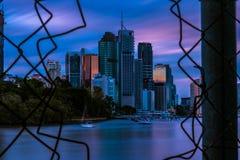Vista attraverso il cavo della maglia della città moderna fotografia stock libera da diritti