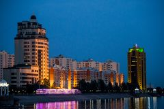 Vista attraverso il fiume alla notte a Astana il Kazakistan Immagine Stock