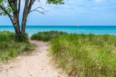 Vista attraverso il lago Michigan della barca a vela immagini stock libere da diritti