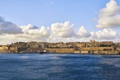 Vista attraverso il mare alla vecchia città fotografia stock