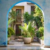 Vista attraverso l'arco alla corte interna inverdita della casa, Avana, Cuba fotografia stock