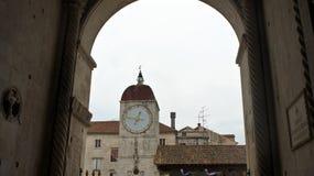 Vista attraverso l'arco del comune - il Palace di duca in vecchia città, bella architettura, giorno soleggiato, Traù, Dalmazia, C fotografia stock libera da diritti