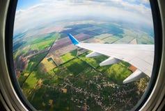 Vista attraverso l'oblò dell'aeroplano fotografia stock
