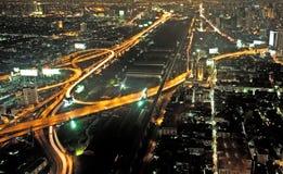 Vista attraverso l'orizzonte di Bangkok che mostra i complessi di uffici e condominiu immagine stock libera da diritti