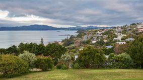 Vista attraverso la baia del cavo in Mangonui Nuova Zelanda fotografia stock libera da diritti