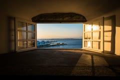 Vista attraverso la finestra dal tramonto Immagine Stock