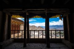 Vista attraverso la finestra del palazzo di Leh nel distretto di Leh, Ladakh, nello stato indiano del nord del Jammu e Kashmir Immagini Stock
