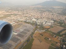 Vista attraverso la finestra dell'aeroplano Immagini Stock Libere da Diritti