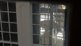 Vista attraverso la finestra della casa del bambino che mangia prima colazione stock footage