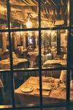 Vista attraverso la finestra dentro un ristorante romantico Fotografia Stock