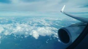 Vista attraverso la finestra di un aeroplano video d archivio