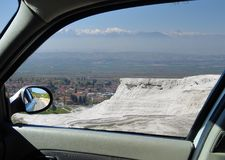 Vista attraverso la finestra di un'automobile ai terrazzi del travertino di Pamukkale immagini stock libere da diritti