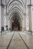 Vista attraverso la navata vuota che conduce all'altare nella chiesa di Dindigul Fotografia Stock