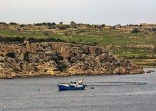 Vista attraverso la st Pauls Bay con l'impresa di piscicoltura e dell'yacht, Bugibba, sull'isola Mediterranea di Malta, Europa immagine stock libera da diritti